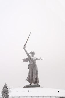 볼고그라드시의 마마 예프 쿠르간에있는 세계에서 가장 위대한 조각,