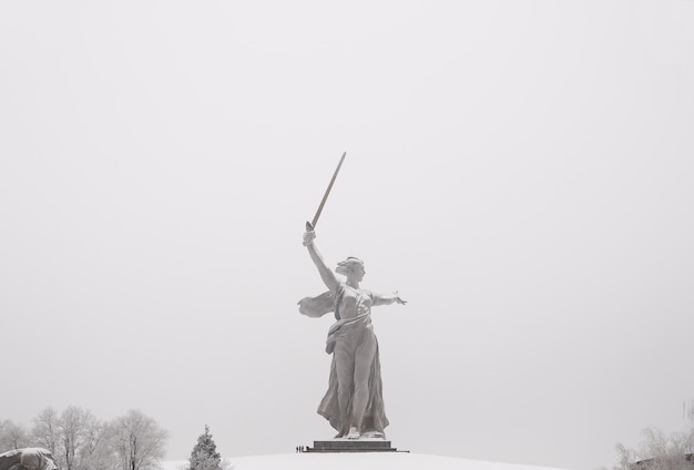 Самая большая в мире скульптура «родина-мать» на мамаевом кургане в г. волгограде.