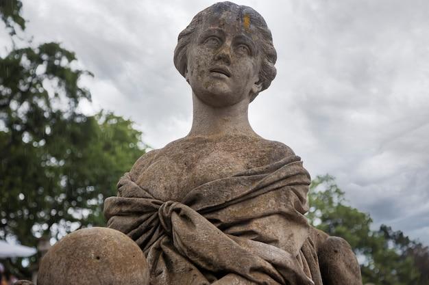 Скульптура в саду царского дворца в массандре, крым