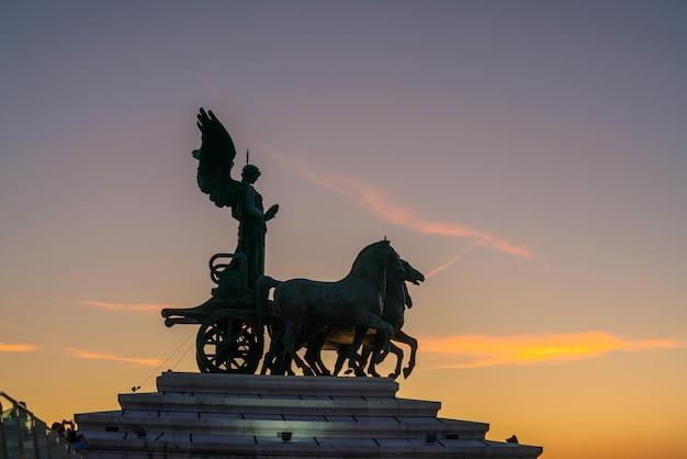 日没時のイタリア、ローマの旧市街の彫刻記念碑