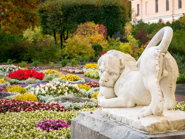 秋の公園のライオンの彫刻。 9月28日。パブロフスク。ロシア。