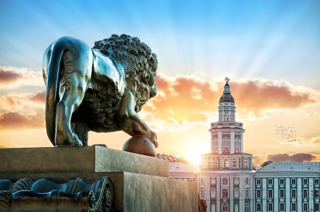 Скульптура льва на адмиралтейской набережной в санкт-петербурге напротив кунсткамеры в летний вечер