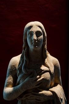 Скульптура античности в виде статуи женщины.