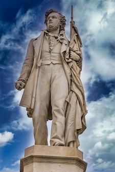 イタリア、モデナのイタリアの愛国者チーロメノッティの彫刻。像は1879年に彫刻家cesaresighinolfiによって作られました。