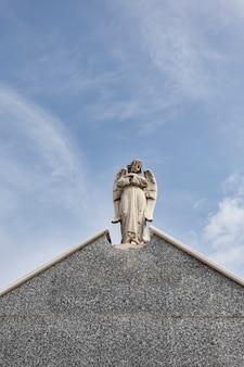 묘지 종교 개념의 판테온 지붕에 수호 천사의 조각