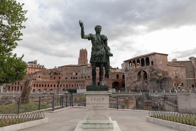 皇帝たちのフォルムの道にあるローマ皇帝アウグストゥスシーザー(カエサリネルウァ)の彫刻
