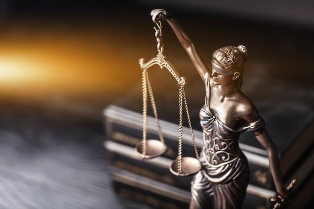 Скульптура фемиды мифологической греческой богини символ справедливости