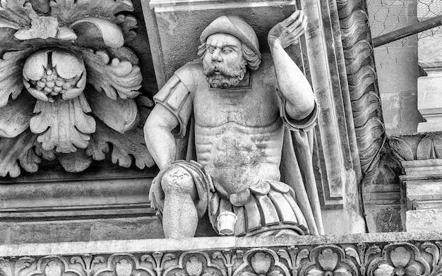 レッチェの聖十字架教会のファサードの彫刻。イタリア、プーリア州サレントのバロック芸術の傑作