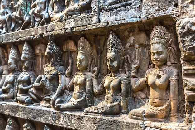 Скульптура на стене терраса храма слонов в ангкор-ват, камбоджа