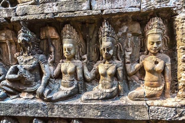 Скульптура на стене терраса храма слонов в ангкор-ват