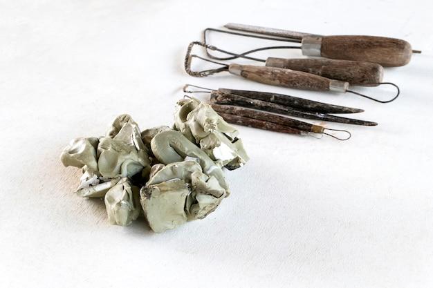 彫刻ツールを設定します。白い背景の上の芸術や工芸品のツール。
