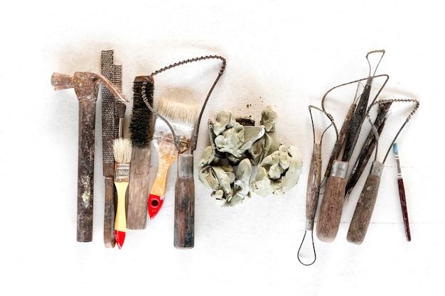 彫刻ツールは背景を設定します。白い背景の上の芸術や工芸品のツール。