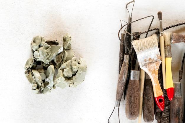 Инструменты скульптуры установили предпосылку. инструменты искусства и ремесла на белой предпосылке.
