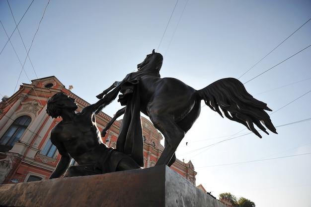 サンクトペテルブルクのアニチコフ橋の上の馬の彫刻