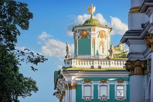 Скульптуры и украшения верхнего этажа эрмитажа в санкт-петербурге на фоне голубого неба.