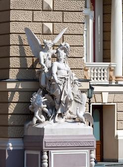 ウクライナのオデッサオペラバレエ劇場の彫刻
