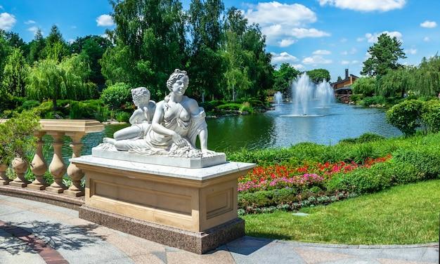 Скульптуры в общественном парке возле дома хонка в резиденции межигорье, киев, украина, в солнечный летний день
