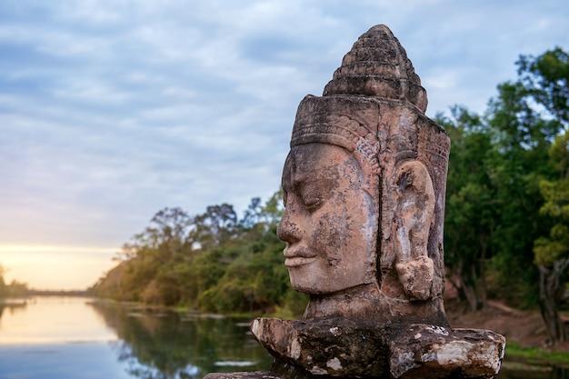 カンボジア、シェムリアップのアンコールワットの南門にある彫刻。