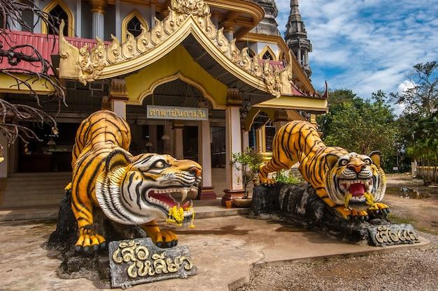 Скульптуры тигров у входа в буддийский храм