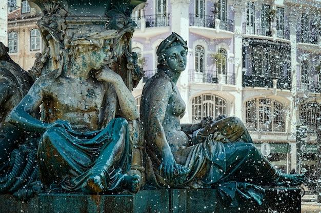 噴水の若い人たちの彫刻