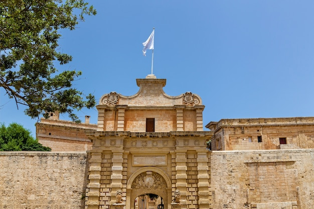 몰타 s의 엠디나(mdina) 시의 건축물과 건축물의 정면에 있는 조각들