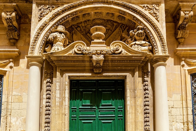 몰타의 엠디나(mdina) 시의 건축물과 건물 정면의 조각