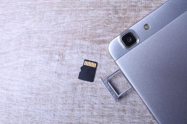 フラッシュメモリデータストレージの概念:マイクロsdカードを備えたトレイ。メモリカードは、携帯電話、タブレットなどの携帯電子機器にデジタル情報を保存するために使用されます