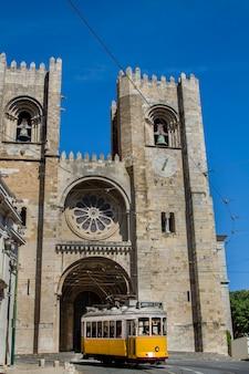 ポルトガル、リスボンにある歴史的建造物seの大聖堂の眺め。