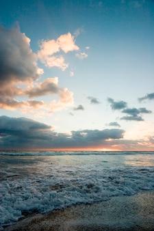 Море против облачного неба