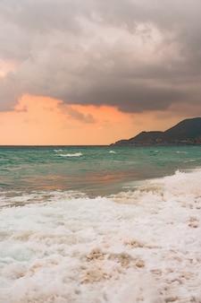 海と青空の背景。