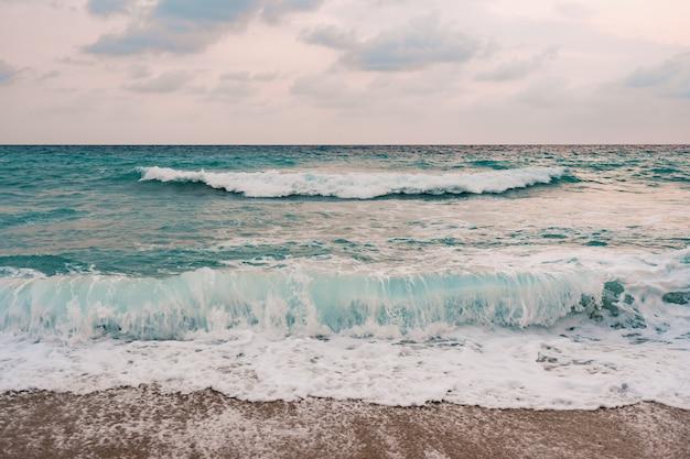 바다와 푸른 하늘 배경입니다.
