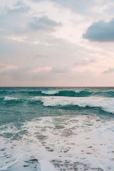 Море и фон голубого неба.