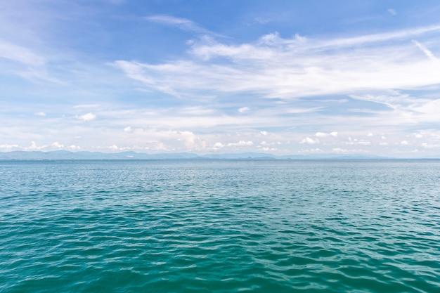 Море и голубое небо с лодкой на летние каникулы