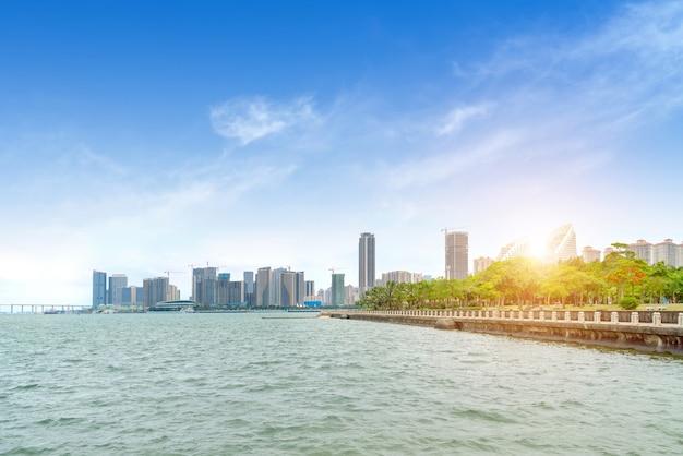 湛江、中国の海と街の景色