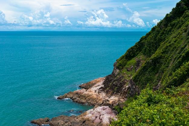 海と海岸の誰も晴れた日の風景。