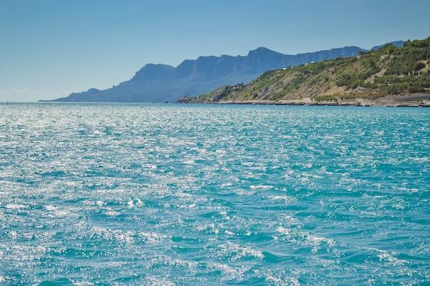 Море и береговая линия с горами с фильтром