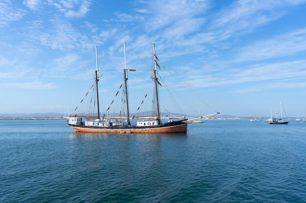ポルトガルの海とボートのグループ