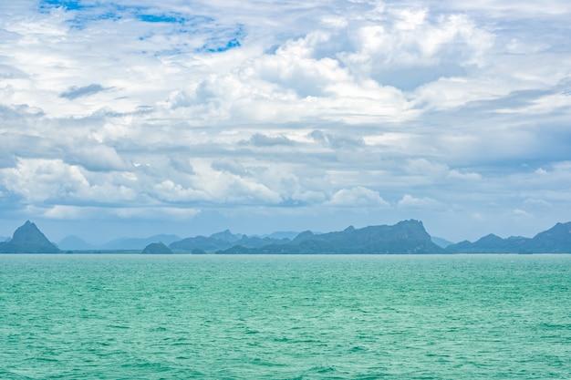 海と青い空と白い雲の島