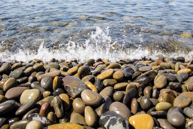 Море и галька под водой на пляже. галька фон