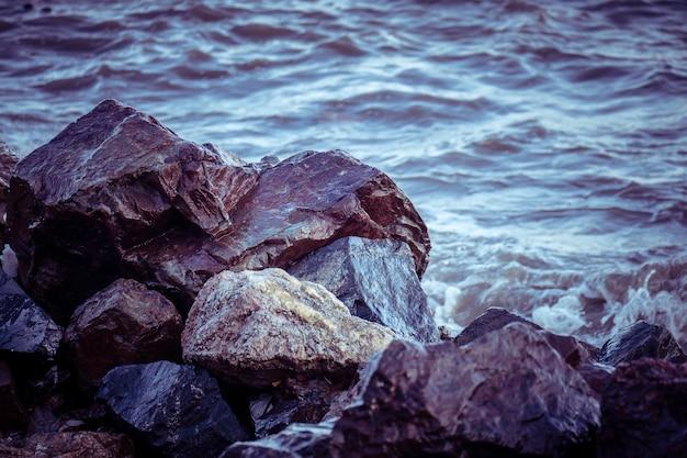 レトロなヴィンテージスタイルのフィルター効果を持つ海と岩