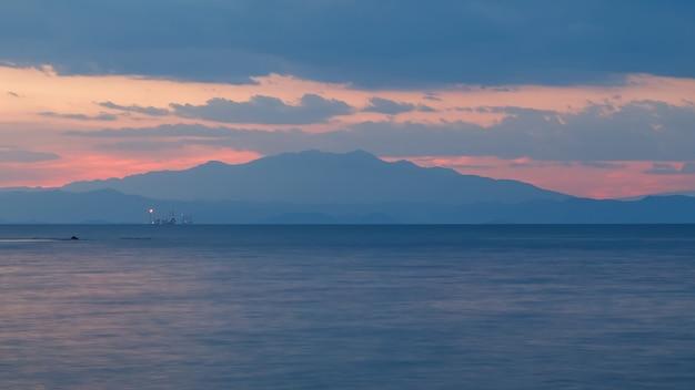 日没後の海と空穏やかな静けさの調和瞑想タソス島ギリシャ