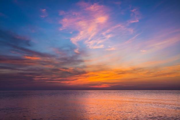 황혼의 시간에 바다와 하늘