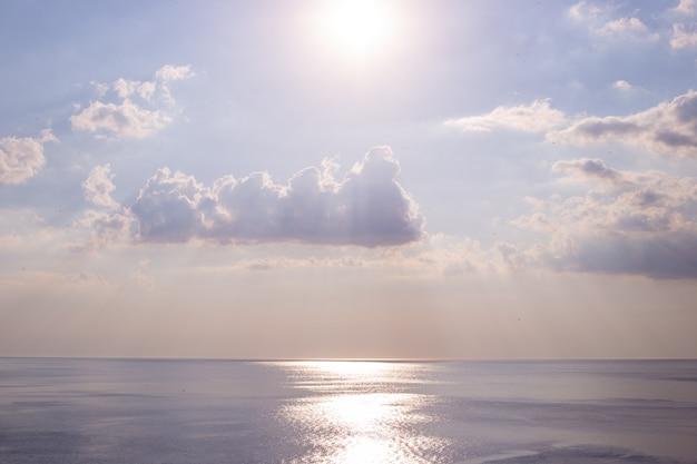 Море и небо с облаками, тропинка от солнца на морской глади, нежный пейзаж