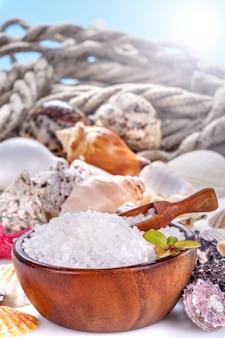 ボウルと貝殻の海風呂塩