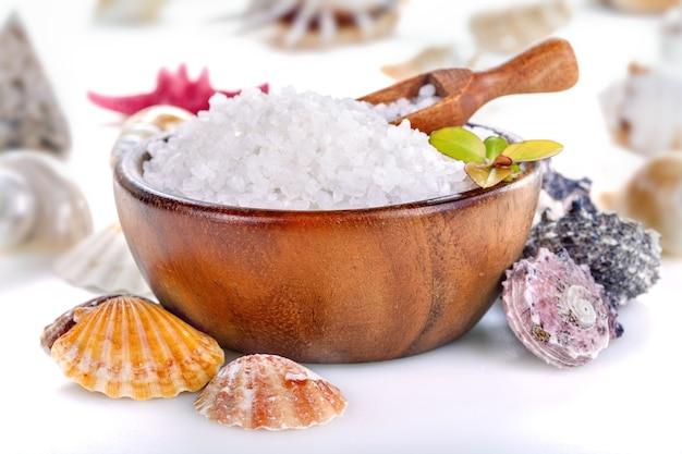 白い背景の上のボウルと貝殻の海風呂塩