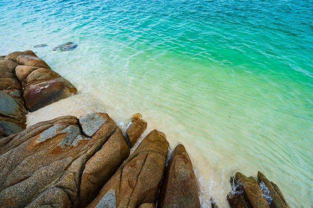 タイ、ラヨーン、コマンノーク島の海のビーチ