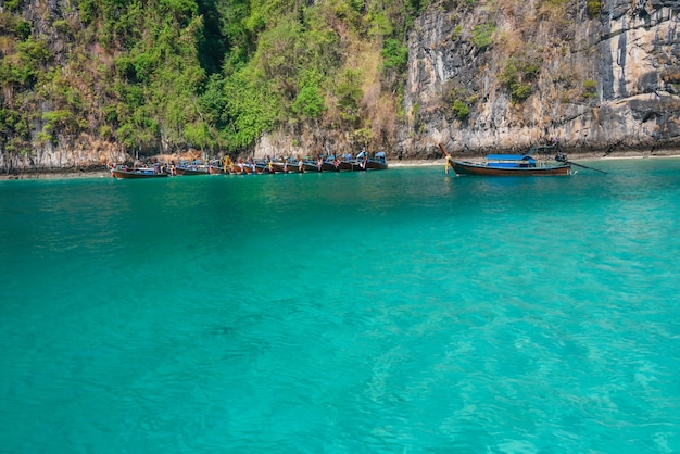 クラビ県ピピ島の海のビーチの雰囲気、とても澄んだ水、美しい海、白い砂浜、小さな観光客covid-19の間駐車されているタクシーボートはたくさんあります。観光客なしで、
