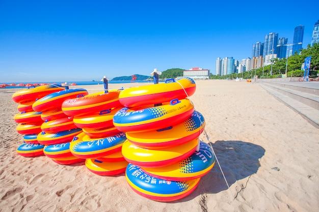 Море пляж голубое небо песок солнце дневной свет релаксация пейзаж точка зрения на пляже хэундэ летом на небоскребах пусана в корее.