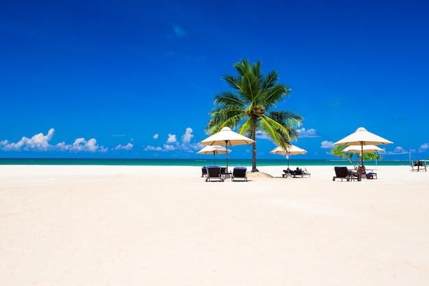 海のビーチ。休暇と観光の概念。