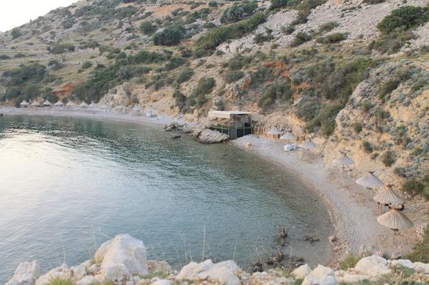 Морской пляж с соломенными зонтиками без людей